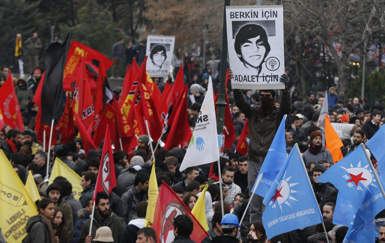 Enterro de adolescente morto pela polícia provoca novos protestos antigoverno em Istambul.
