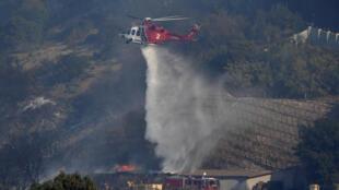Helicóptero combate as chamas na vinícola do magnata da comunicação, Rupert Murdoch, no norte de Los Angeles.