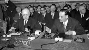 """Le 25 mars 1957, les ministres des """"Six"""" signent les traités instituant le Marché commun. De g. à dr.: Christian Pineau et Maurice Faure représentent la France."""
