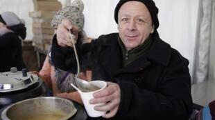 Très engagé, Thierry Marx fait partie des chefs qui épaulent le Secours populaire français pour les ateliers cuisine. Ici, il sert la soupe pour les dix ans de la mort de l'abbé Pierre, en 2017.