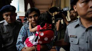 Le journaliste birman Kyaw Soe Oo, le 6 août 2018 à la sortie d'une audience à Rangoun avec sa fille dans les bras.