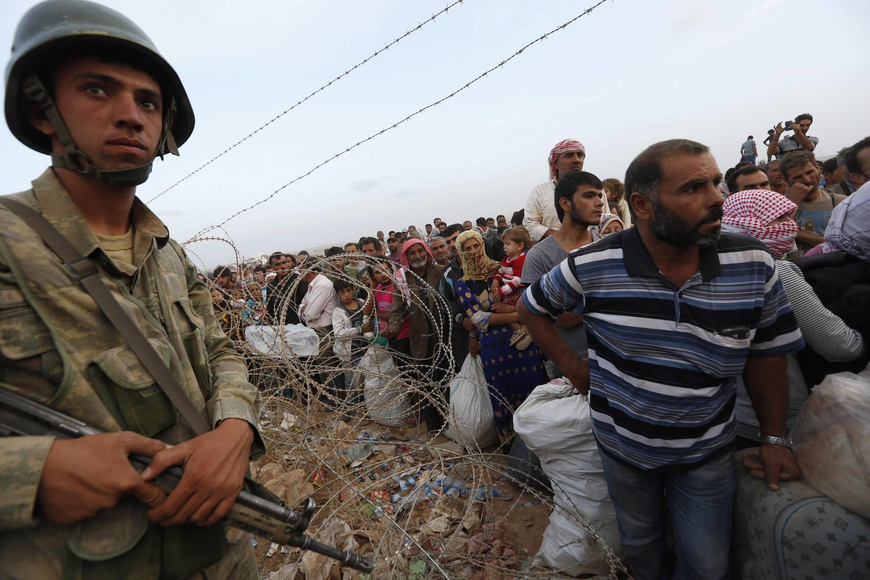 Arrivée de réfugiés kurdes à la frontière turque près de la ville Suruc dans la province de Sanfiurfa, le 27/09/14.