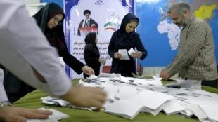 Dépouillement des bulletins à Téhéran, après la tenue des élections pour le Parlement et l'Assemblée des experts, vendredi 26 février 2016.