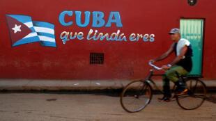 """""""Cuba, tươi đẹp biết bao"""", khẩu hiệu trên tường ở một phố tại Alquizar, Cuba. Ảnh ngày 6/08/2018."""