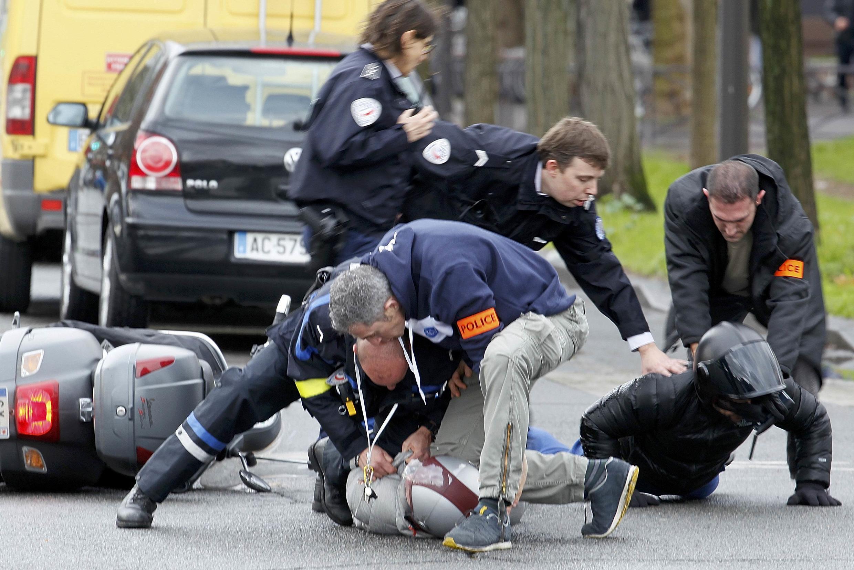 Arrestation de jeunes gens en scooter arrivant près du lieu de la prise d'otages, porte de Vincennes à Paris, ce 9 janvier 2015.