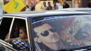 Aperçu à Hermel, au nord du Liban, après la victoire des forces régulières syriennes à Qousseir: le pare-brise d'une voiture du Hezbollah à l'effigie du président syrien, Bachar el-Assad. Mercredi 5 juin 2013.