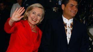 La secrétaire d'État américaine Hillary Clinton salue la presse à côté du président de l'Equateur Rafael Correa (D) au Palais Carondelet à Quito, le 8 juin 2010.
