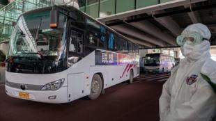 640x410_lors-arrivee-equipe-oms-aeroport-wuhan