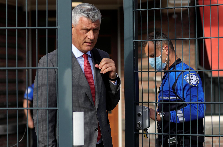 O ex-presidente do Kosovo Hashim Thaçi é acusado de crimes de guerra e contra a humanidade e compareceu pela primeira vez diante do Tribunal de Haia, nesta segunda-feira (9).