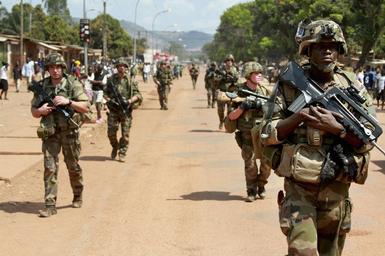 Lính Pháp đi tuần tra ở Bangui, Cộng hòa Trung Phi, ngày 08/12/2013