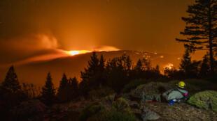 Bombeiro observa chamas entre Lake e Sonoma, regiões mais atingidas por incêndios na Califórnia (30/10/2019)