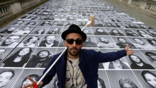 O artista JR diante da instalação de fotografias que vão cobrir a cúpula e algumas áreas do Panthéon durante a reforma.
