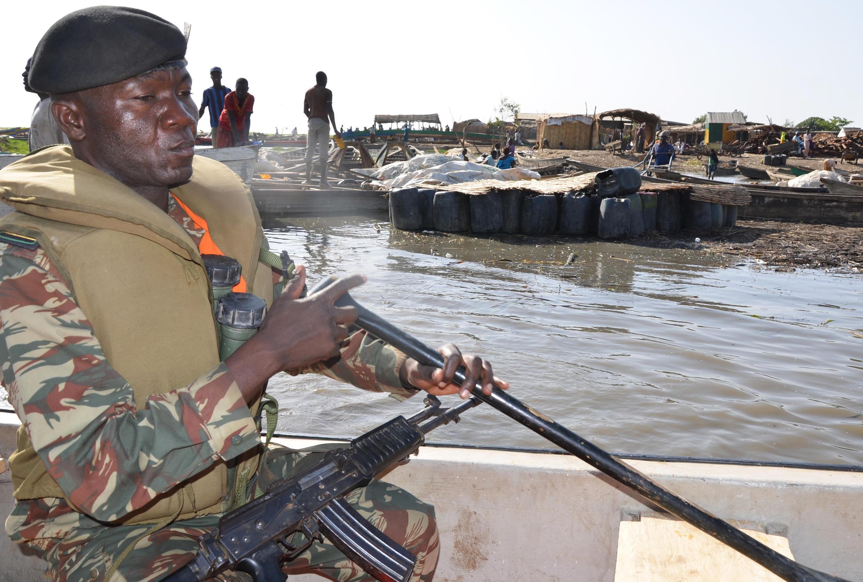 Un soldat camerounais à Darak, sur le lac Tchad, le 1er mars 2013, une région où Boko Haram opère.