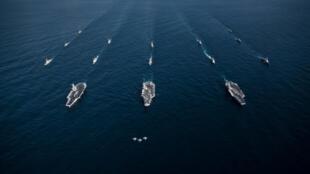 Trois porte-avions américains naviguent au côté de navires sud-coréens dans le Pacifique, entre le Japon et la péninsule coréenne, le 12 novembre 2017.