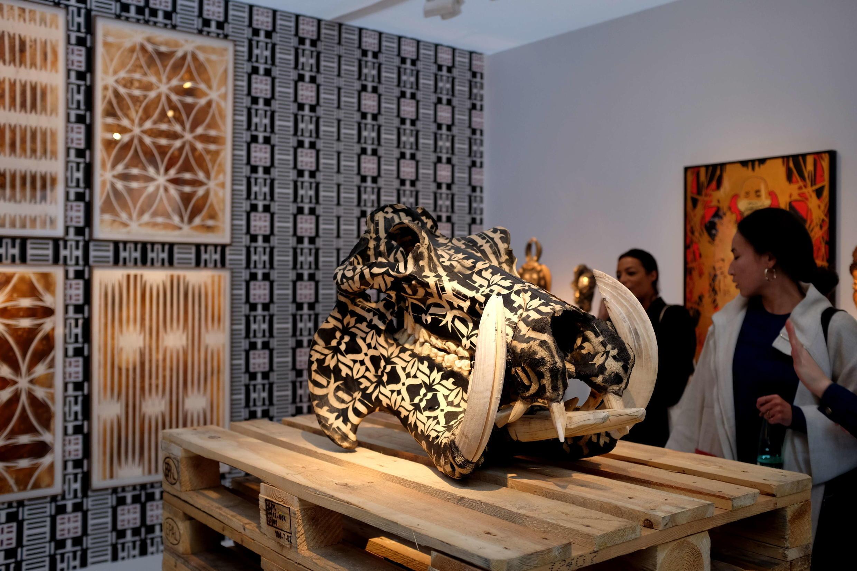 Crâne d'un hippopotame, œuvre de l'artiste sud-africain Kendell Geers sur le stand de la galerie Didier Claes.