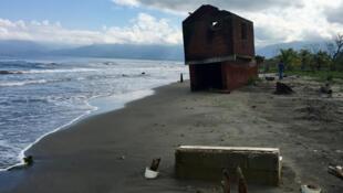 À Barra de Cuyamel (département de Cortés), dans le nord du Honduras, l'érosion et le changement climatique ont détruit 800m de côte en une décennie. 84 familles attendent d'être relogées.
