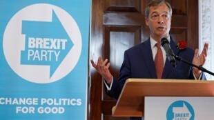 Militant du Brexit et membre du Parlement européen, Nigel Farage, prend la parole lors d'une conférence de presse dans le cadre de la campagne pour les élections européennes organisée par le « Brexit Party » à Londres, au Royaume-Uni, le 23 avril 2019