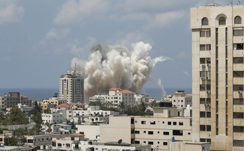 Дым от авиаудара израильской армии по городу Газа. суббота, 9 августа