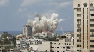 Moshi mzito ukifuka baada ya shambulizi la anga kutekelezwa na Israel huko Gaza 09 Agosti, 2014.