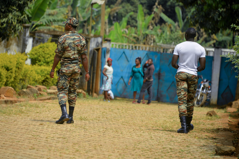 Des soldats camerounais patrouillent à Bafut, dans le nord-ouest du Cameroun, en zone anglophone, le 15 novembre 2017.