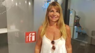 A ilustradora e artista plástica Vivian Suppa de passagem pelos estúdios da RFI em Paris