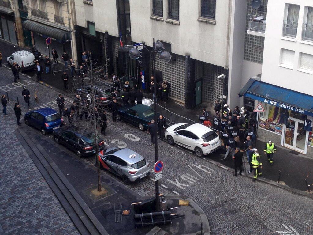 L'attaque s'est produite devant le commissariat de la Goutte d'Or. Le quartier a aussitôt été bouclé par les forces de l'ordre, 7 janvier 2016.