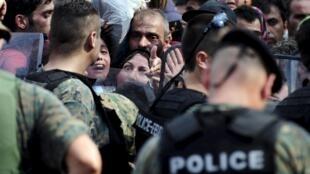 Migrantes forçam barreira policial e entram na Macedônia