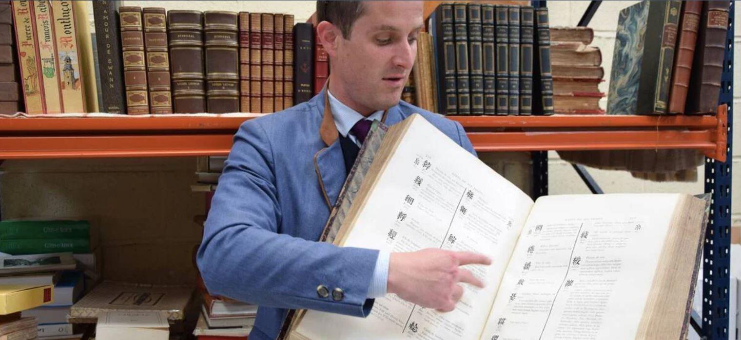 拍卖师卡尔-本茨展示中法拉丁文大辞典。