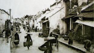 Phố Hàng Mắm, Hà Nội, khoảng năm 1905.
