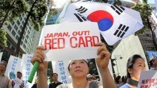 韩国首尔日本使馆前示威者抗议日本要求韩国独岛(或日本称竹岛)主权2011年7月20日