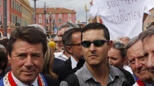 Christian Estrosi, el alcade de Niza, y Yann Turk, hijo de Stephan Turk, en una manifestación de apoyo al joyero, este 16 de septiembre de 2013.
