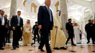 """O presidente americano Donald Trump pediu neste domingo (22) aos países muçulmanos que lutem com determinação contra o """"extremismo islamita"""""""