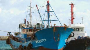 Tàu đánh cá Trung Quốc xâm nhập vào vùng đặc quyền kinh tế của Nga (REUTERS /Kyodo)