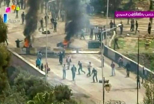 A cidade de Deera foi palco de confrontos entre polícia e manifestantes. As imagens foram transmitidas pela TV estatal, no dia 8 de abril de 2011.