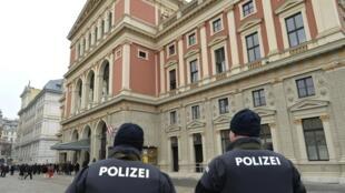 Polícia austríaca faz patrulha em Viena no dia de Ano Novo.