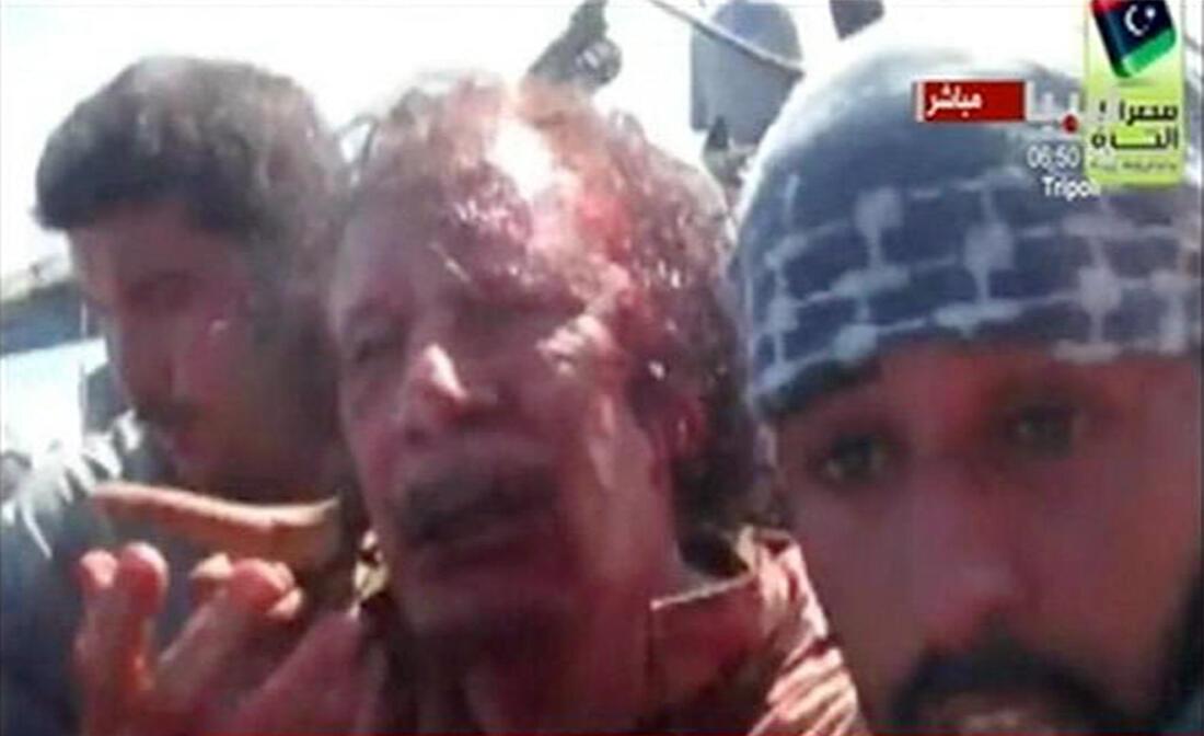 Image de la télévision libyenne montrant Mouammar Kadhafi entouré par les forces du CNT, le 20 octobre 2011