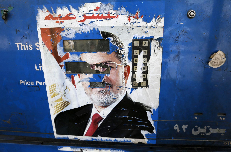 Tấm áp phích Tổng thống Ai Cập bị lật đổ Mohamed Morsi bị xé nát tại một trạm xăng gần thủ đô Cairo ngày 28/08/2013.