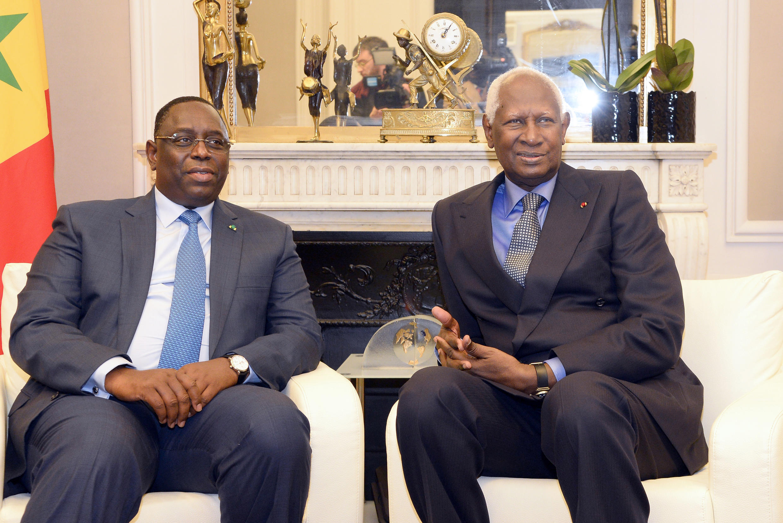 Abdou Diouf (d.) secrétaire général de l'OIF avec le président sénégalais Macky Sall, le 21 novembre 2014 à Paris.