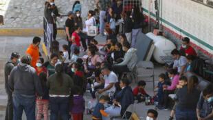 Migrants d'Amérique centrale expulsés des États-Unis, devant une antenne de l'Institut national de la migration à Ciudad Juarez, dans l'État mexicain de Chihuahua, le 5 avril 2021.