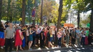 Protesto contra Bolsonaro e pela Amazônia em frente da Embaixada do Brasil