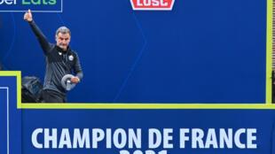 L'entraîneur de Lille, Christophe Galtier, fête le titre de champion de France à l'issue du match à Angers, le 23 mai 2021