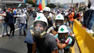 委內瑞拉警民衝突中的志願救護者2017年4月26日