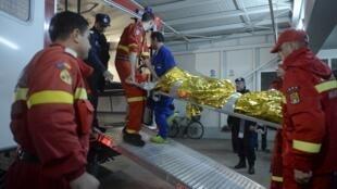 Bombeiros retiram corpos de vítimas do incêndio na boate Colectiv, em Bucareste.