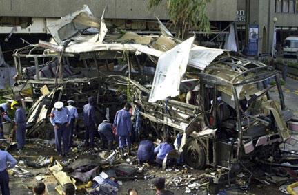 Em Karachi, maio de 2002, destroços de um ônibus da direção da Construção Naval vítima de um carro-bomba.