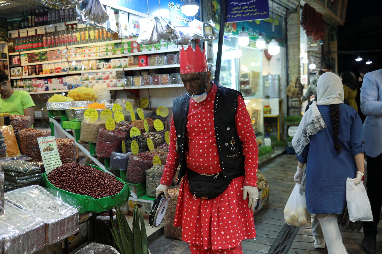 نوروز همراه با کرونا: حاجی فیروز با ماسک در بازار تجریش