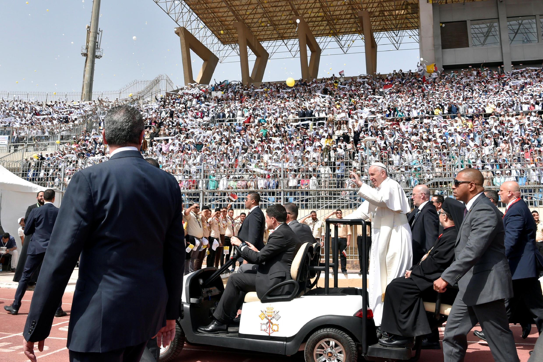 مراسم نیایش پاپ فرانسیس که در آخرین روز سفرش به مصر در یک ورزشگاه قاهره برگزار شد. ٩ اردیبهشت/ ٢٩آوریل ٢٠۱٧