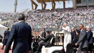 Francisco llegando al estadio de El Cairo para celebrar una misa ante miles de fieles.