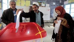 Tại một phòng bỏ phiếu ở thủ đô Tunis, 23/10/2011