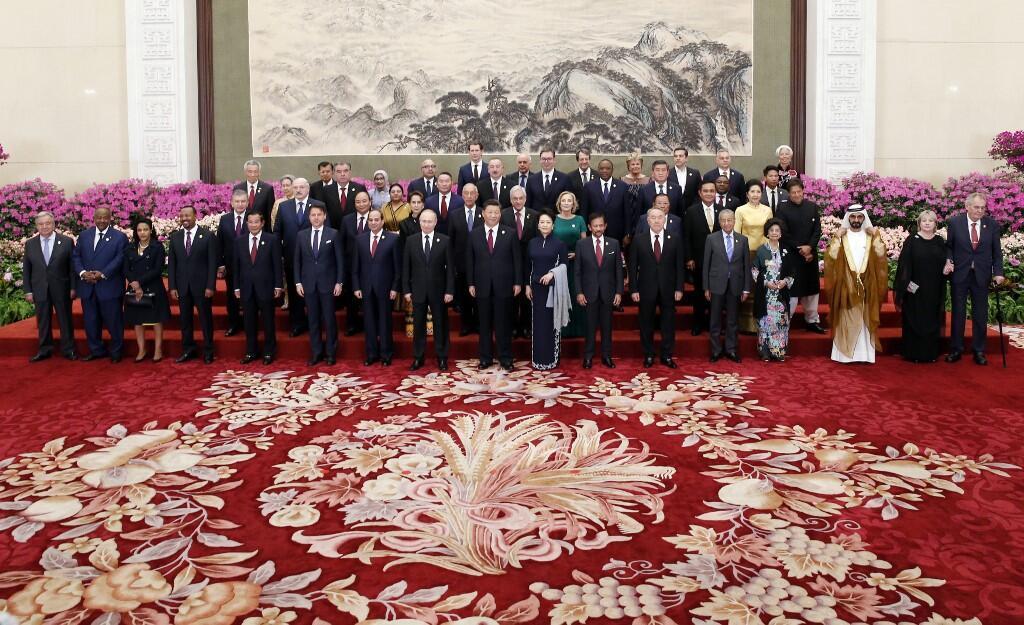 """شی جین پینگ، رئیس جمهوری چین و همسرش و دیگر سران و نمایندگان جهان در دومین مجمع همکاری بینالمللی طرح بزرگ چین به نام """"یک کمربند- یک جاده"""" که روز  جمعه ۶ اردیبهشت/ ٢۶ آوریل ٢٠۱٩ در پکن برگزار شد."""