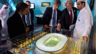 La présentation d'une maquette de stade lors d'une inspection de la FIFA dans le cadre leur candidature au Mondial 2022, le 16 septembre 2010 à Doha.